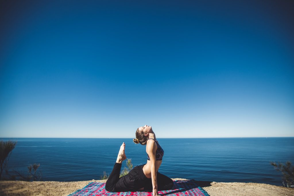 benefici dello yoga sea position girl